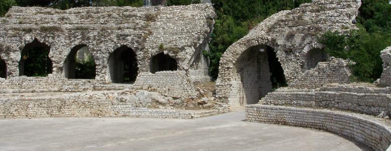 Parmi les 12 endroits incontournables à voir sur la Côte d'Azur, découvrez les Arènes de Cimiez à Nice.