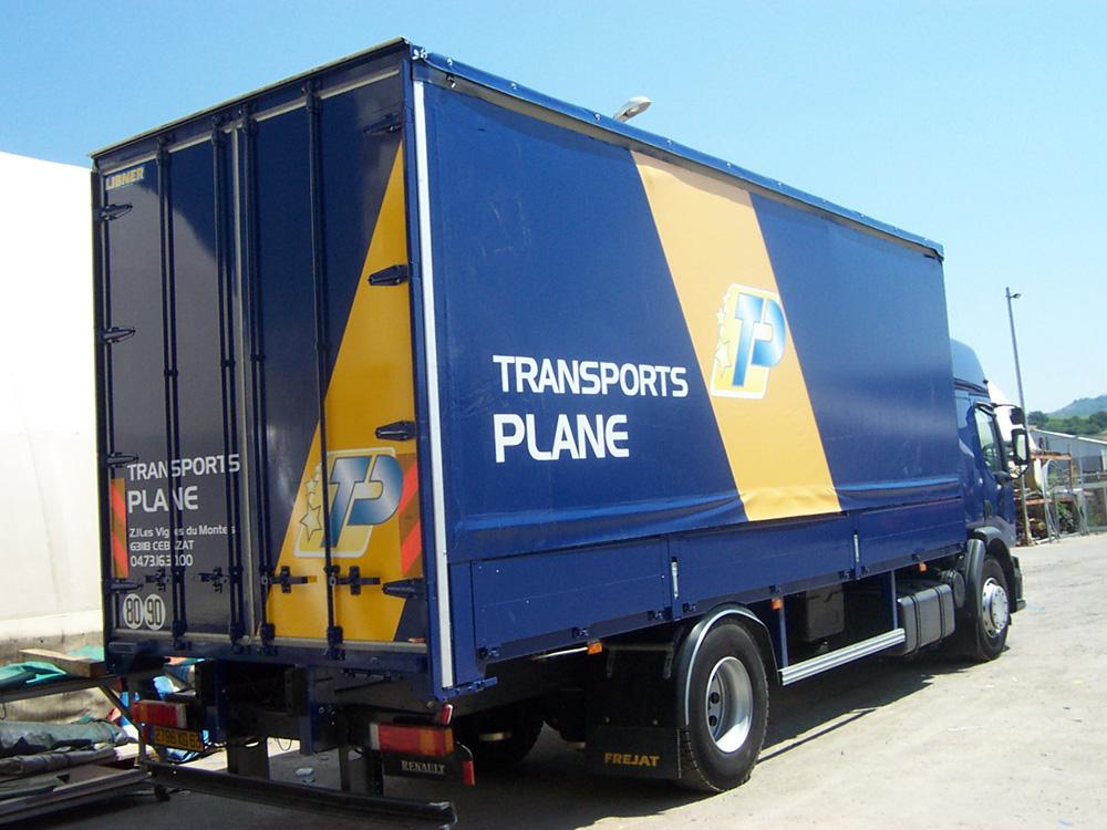 Le textile technique s'intègre aussi dans le marquage publicitaire des camions