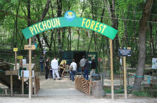 Pitchoun Forest dispose d'un parking gratuit à quelques pas de l'entrée du parc